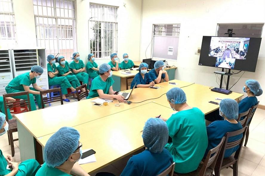 Các y, bác sĩ Bệnh viện dã chiến số 2 tham gia họp trực tuyến về công tác phòng, chống dịch viêm phổi Vũ Hán. (Ảnh qua laodong)