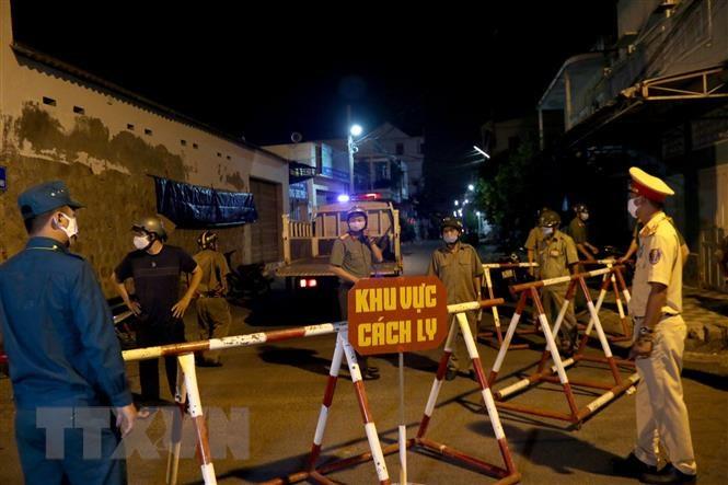Lực lượng công an thành phố Phan Thiết triển khai cách ly 2 tuyến đường để phòng chống dịch Vũ Hán. (Ảnh qua TTXVN)