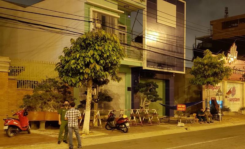 Hai căn nhà trên đường Tôn Đức Thắng được dựng rào chắn cách ly. (Ảnh qua plo)