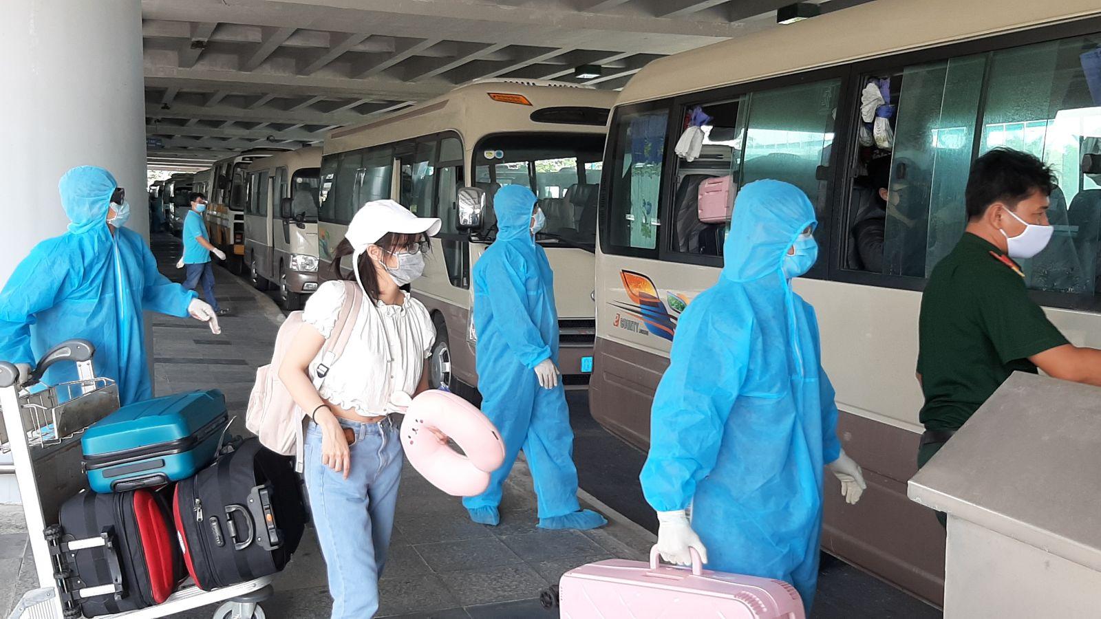 Đón hành khách về từ Hàn Quốc đưa đến các khu cách ly. (Ảnh qua tuoitre)