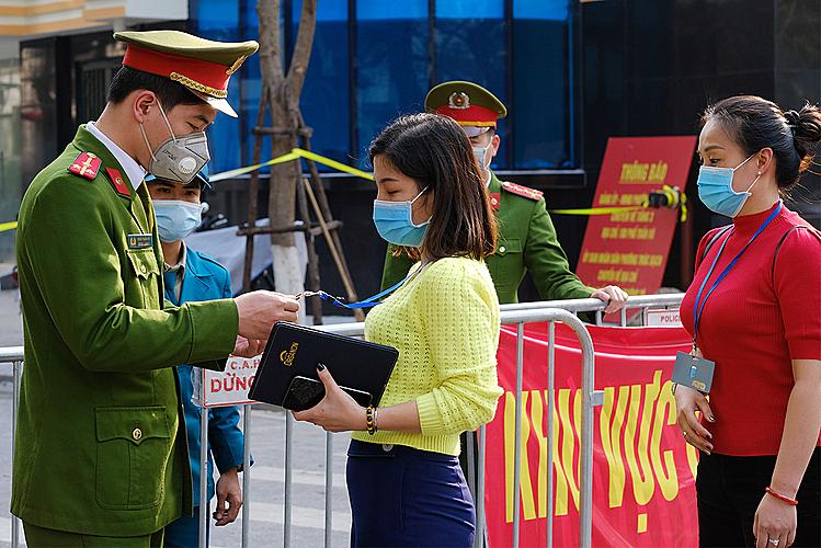Cảnh sát thiết lập hàng rào an ninh và kiểm soát người ra vào khu cách ly tại phố Trúc Bạch, Hà Nội sau khi phát hiện bệnh nhân 17, người cư trú ở khu phố này. (Ảnh qua vnexpress)