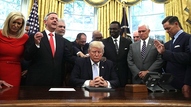 Tổng thống Donald Trump cùng các quan chức cầu nguyện tại Nhà Trắng.