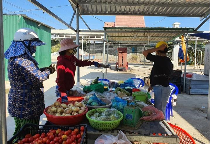 Chợ Văn Lâm khá vắng vẻ vào 15h chiều 17/3. (Ảnh qua dantri)