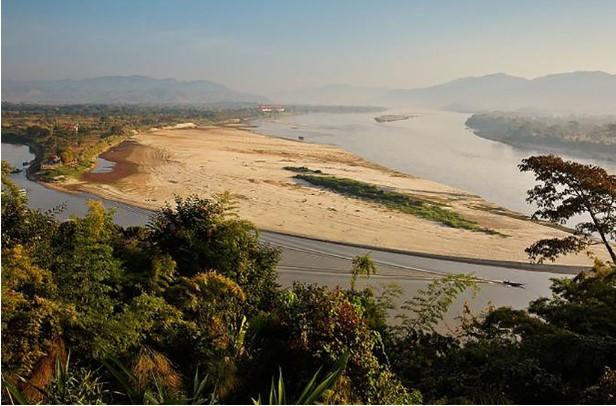Cồn cát lộ ra trên sông Mê Kông đoạn chảy qua Thái Lan do mực nước xuống thấp. (Ảnh qua tuoitre)