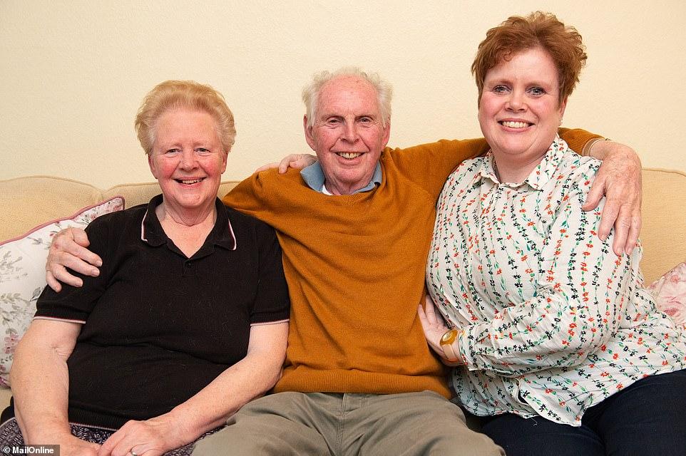 Ông Glynn cùng vợ và con gái.