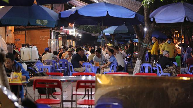 Nhiều nhà hàng, quán nhậu... tai Hà Nội vẫn hoạt động bất chấp lệnh cấm. (Ảnh qua thanhnien)