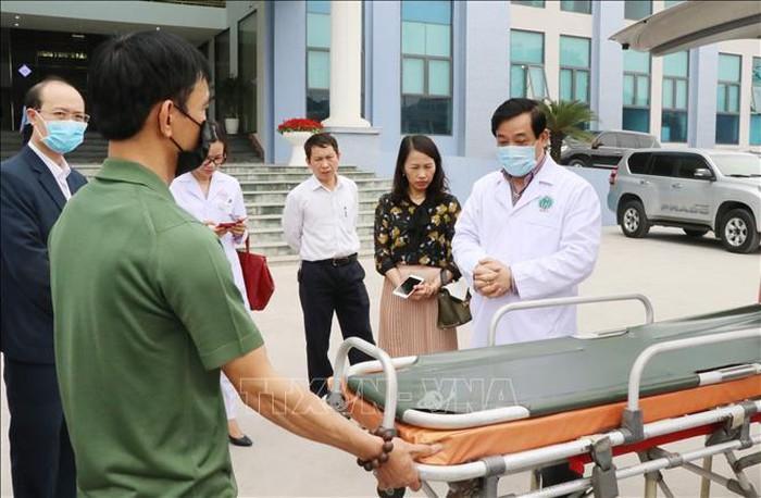Cục trưởng Lương Ngọc Khuê (ngoài cùng bên phải) kiểm tra chống lây chéo tại Bệnh viện Trung ương Thái Nguyên. (Ảnh qua TTXVN)