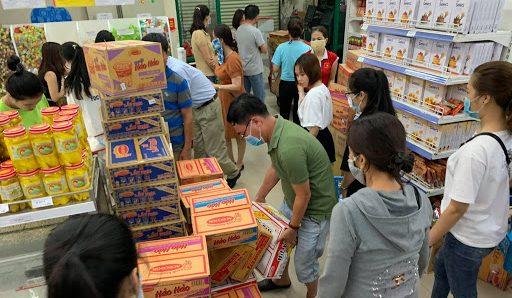 Người dân đổ xô mua và dự trự thực phẩm cùng nhu yếu phẩm.