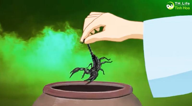 Suốt mấy ngày, Lưu tiên sinh bắt về rất nhiều trùng độc, cùng bỏ vào một hũ sành để chúng cắn xé lẫn nhau.