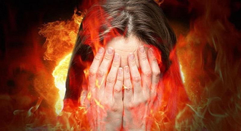 Người phụ nữ gào thét đau đớn dưới địa ngục.