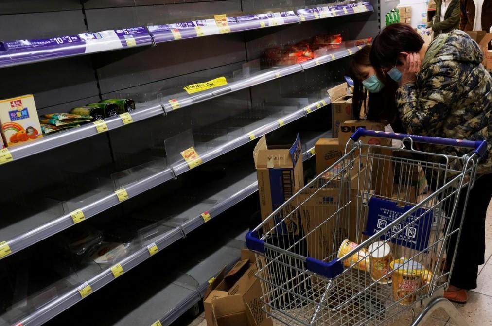 Kệ hàng siêu thị trống rỗng.