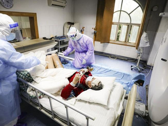 Dịch Covid-19: Cụ ông 100 tuổi hồi phục sau khi được truyền máu từ một bệnh nhân đã khỏi bệnh