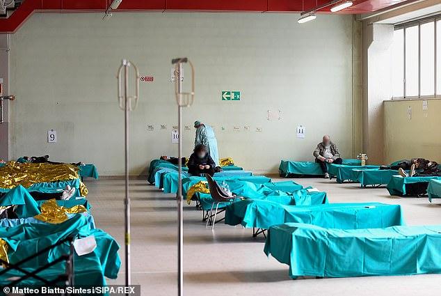 Một bác sĩ mặc một bộ đồ bảo hộ và mặt nạ làm việc tại một trung tâm phân chia ở Brescia, trong khu vực của Bologna