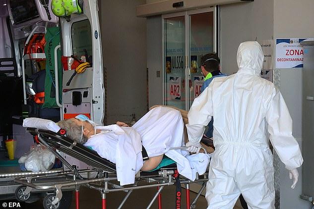 Một bệnh nhân lớn tuổi được đưa vào cấp cứu.