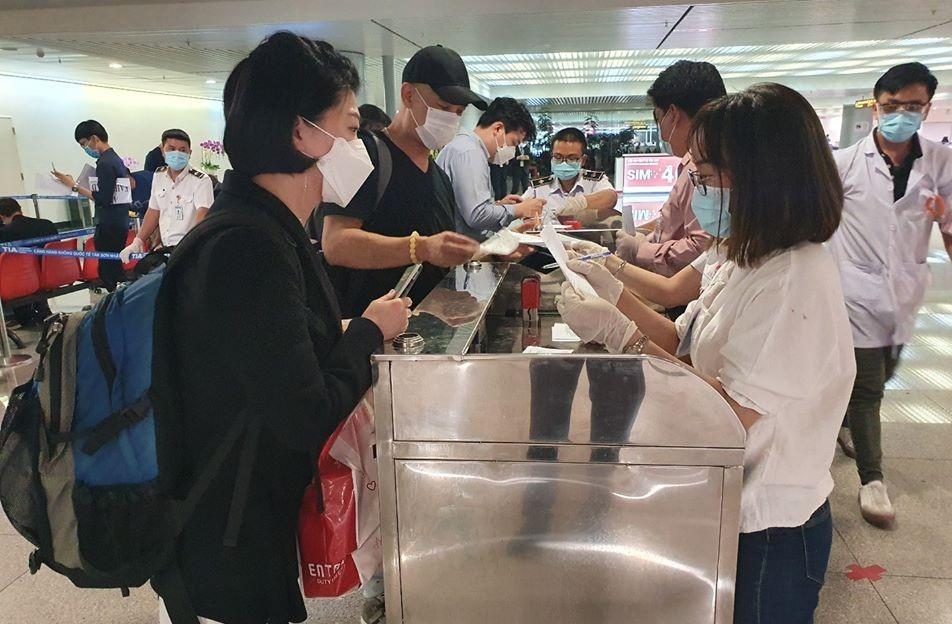 Du khách quốc tế làm thủ tục khai báo y tế tại sân bay Tân Sơn Nhất. (Ảnh qua Zing)