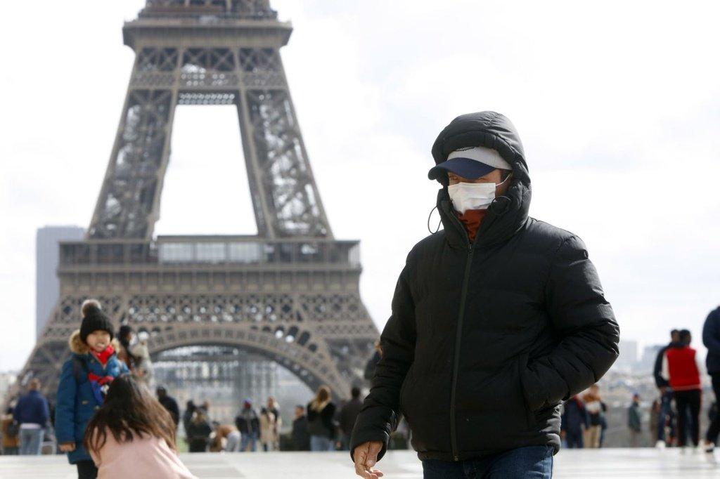 Du khách thăm quan tháp Eiffel tại thủ đô Paris