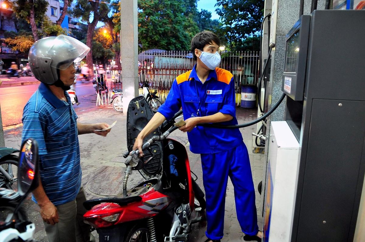 Giá xăng RON 95 giảm 2.315 đồng lít để hỗ trợ người dân chống dịch virus Vũ Hán 2