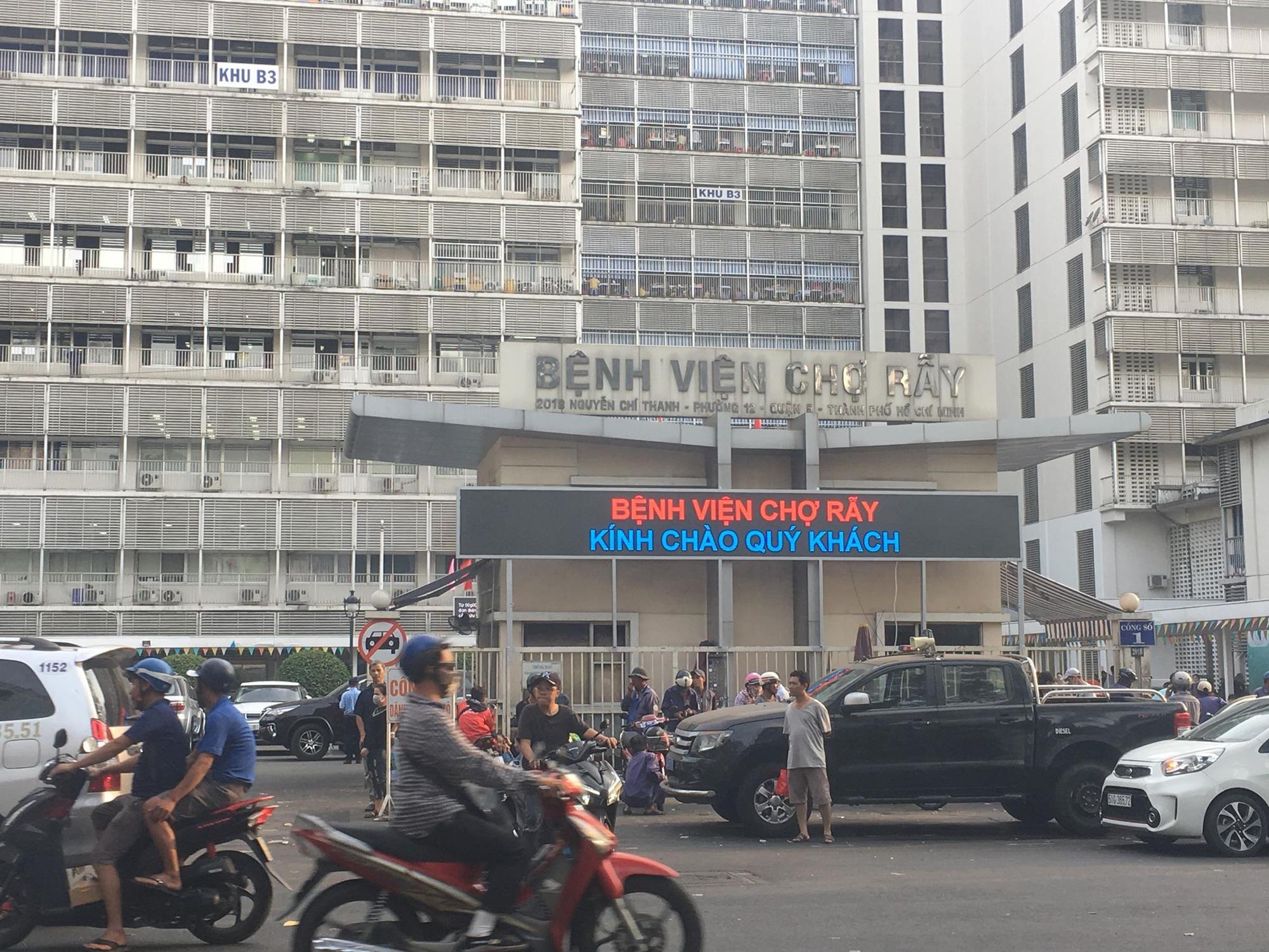Hà Nội BV Xanh Pôn phong tỏa một khoa do có liên quan đến người nhiễm virus Vũ Hán 3