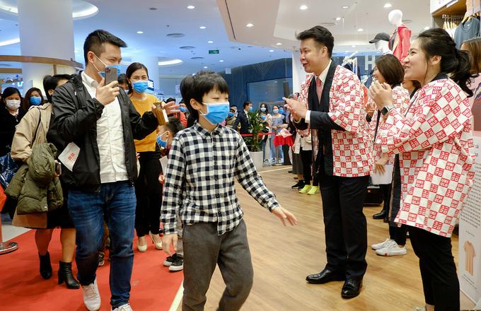 Hà Nội Hàng ngàn người đeo khẩu trang, chen chúc chờ Uniqlo khai trương 4