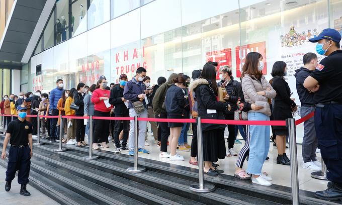 Hà Nội Hàng ngàn người đeo khẩu trang, chen chúc chờ Uniqlo khai trương
