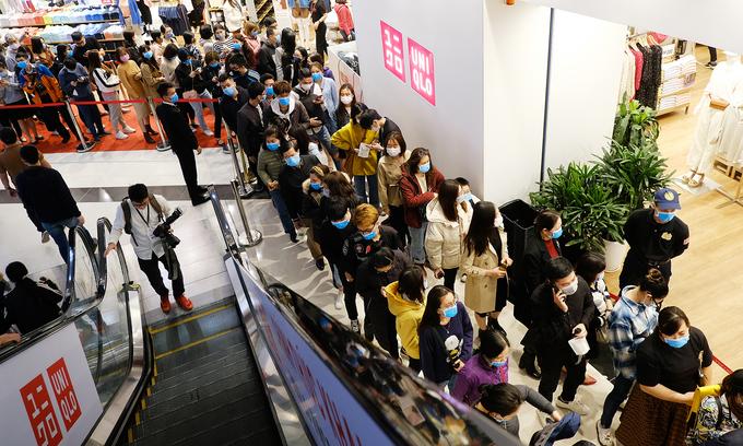 Hà Nội Hàng ngàn người đeo khẩu trang, chen chúc chờ Uniqlo khai trương2