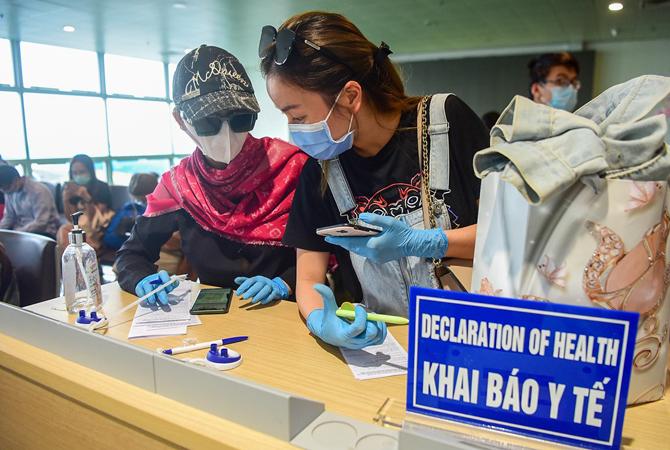 Hành khách khai báo y tế tại sân bay Nội Bài ngày 18/3. (Ảnh qua vnexpress)
