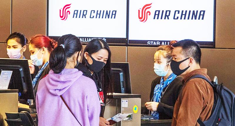 Những Hoa kiều và du học sinh Trung Quốc bị lừa dối đã tranh nhau mua vé máy bay giá cao để trở về nước tránh dịch.