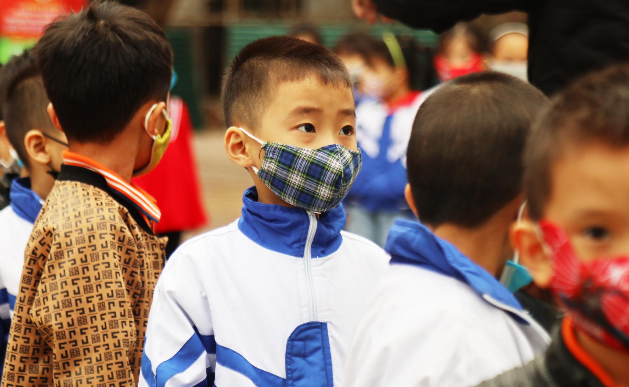Học sinh đeo khẩu trang đến trường phòng chống dịch bệnh. (Ảnh qua tuoitre)