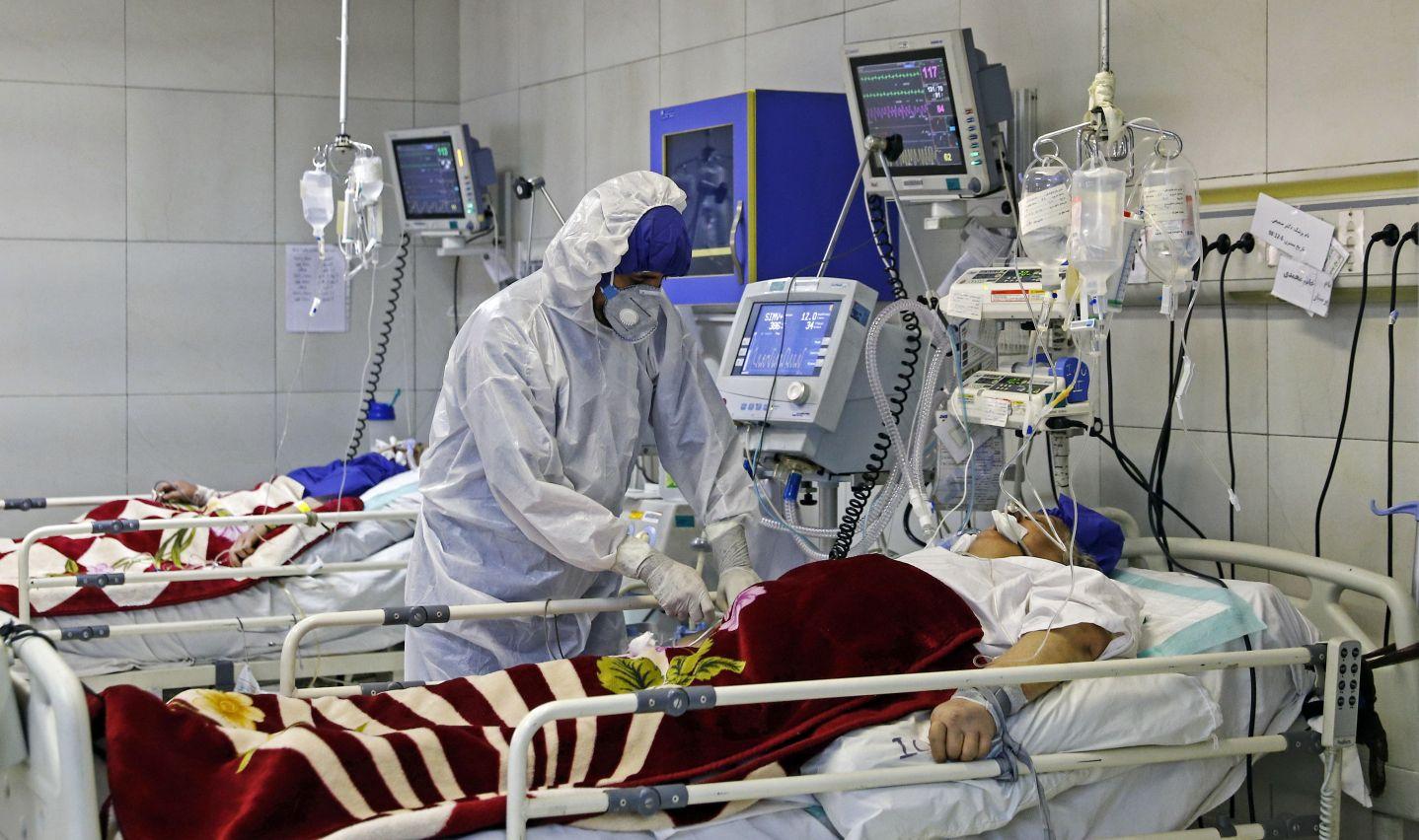Một bác sĩ điều trị cho bệnh nhân bị nhiễm coronavirus, tại bệnh viện ở Tehran, Iran