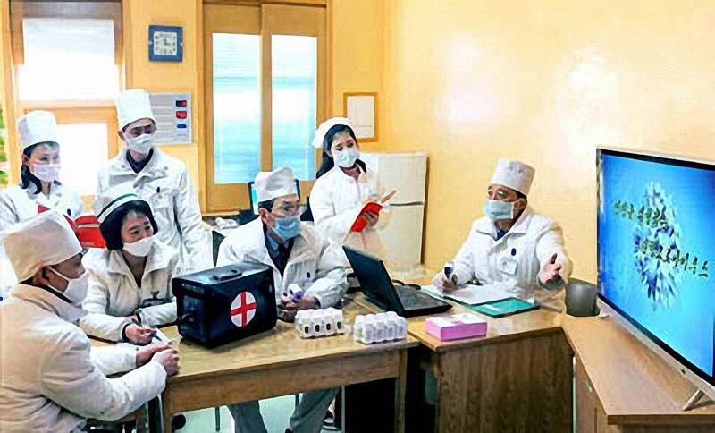 Các quan chức y tế Triều Tiên tổ chức cuộc họp về Covid-19 ngày 23/2.