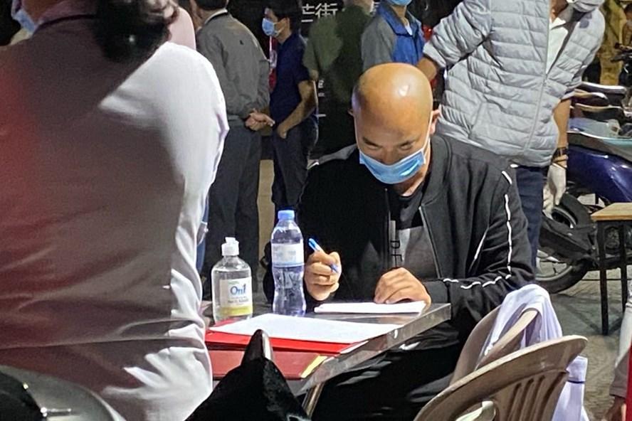 4 người Trung Quốc trên xe khách cùng tài xế được kiểm tra sức khỏe. (Ảnh qua laodong)