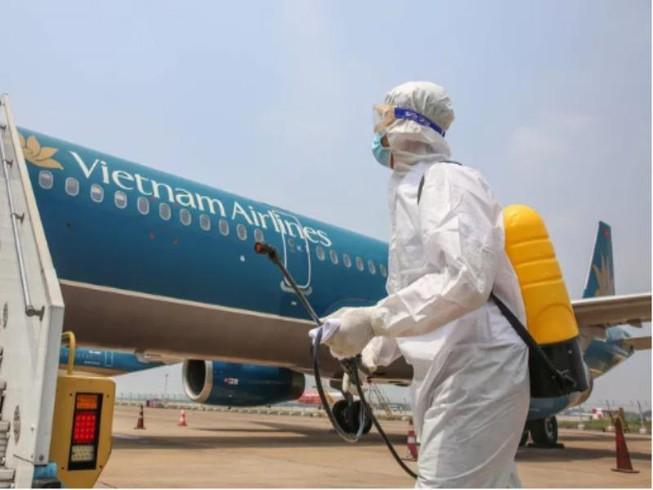 Máy bay chở những hành khách trên đã được khử trùng ngay sau khi đáp xuống sân bay Tân Sơn Nhất. (Ảnh qua plo)