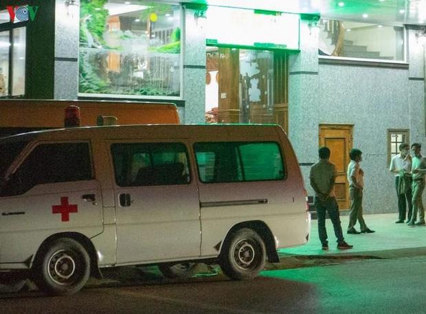 Lực lượng chức năng đang tiến hành công tác khử trùng nơi lưu trú của 4 người Cty Điện gió Hướng Tân tại một khách sạn ở thị trấn Khe Sanh, huyện Hướng Hóa ngay trong đêm 8/3.