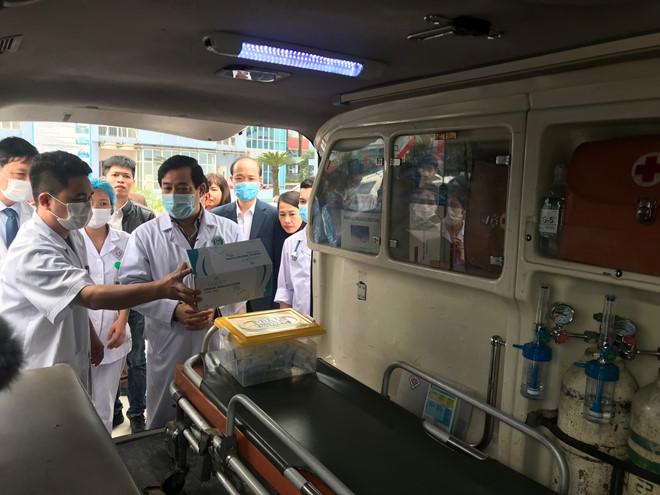 PGS-TS Lương Ngọc Khuê kiểm tra công tác chuyên môn của đội phản ứng nhanh Bệnh viện T.Ư Thái Nguyên. (Ảnh qua thanhnien)
