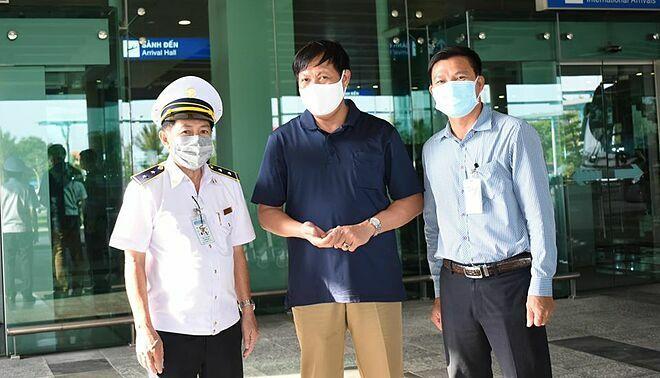 Thứ trưởng Đỗ Xuân Tuyên (giữa) kiểm tra công tác phòng chống dịch Covid-19 tại sân bay Cần Thơ, ngày 3/1. (Ảnh qua vnexpress)
