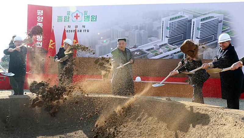 Ông Kim Jong-un trong lễ khởi công xây bệnh viện ở Bình Nhưỡng hôm 17/3.