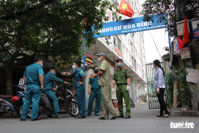 Lực lượng chức năng TP.HCM phong tỏa chung cư Hòa Bình sau khi phát hiện ca nhiễm virus Vũ Hán (Covid-19) thứ 48. (Ảnh qua tuoitre)
