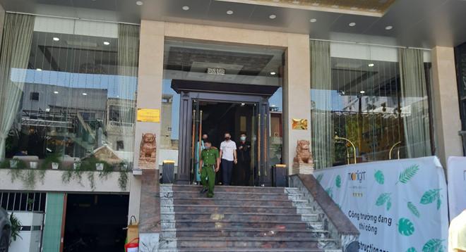 Lực lượng công an tiến hành việc giám sát cách ly đối với du khách tại một khách sạn trên địa bàn TP.Huế. (Ảnh qua thanhnien)