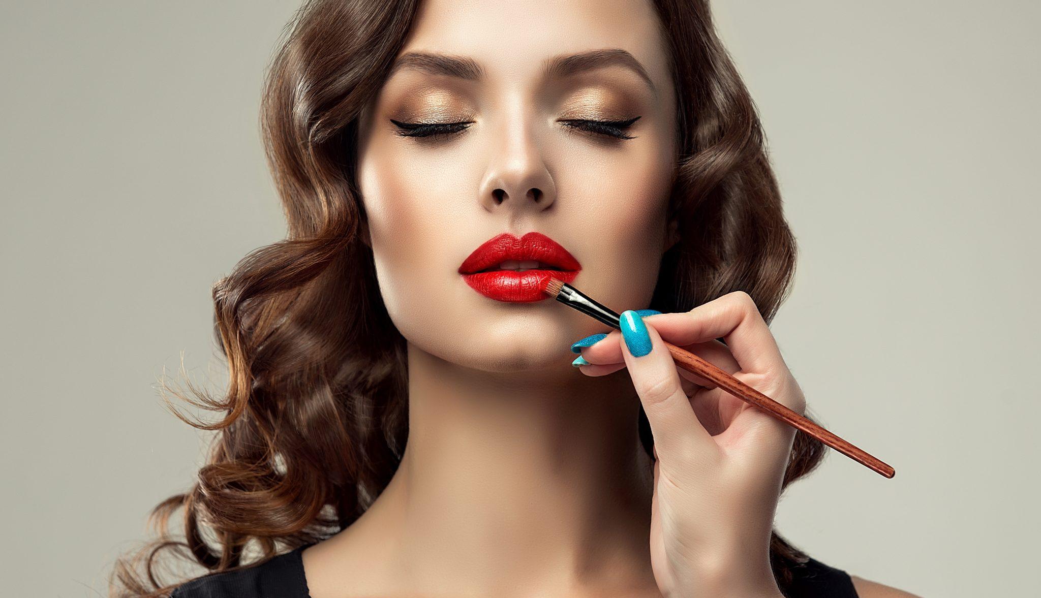 Mica là một loại khoáng chất tự nhiên, sau khi tán mịn sẽ được thêm vào trong các sản phẩm làm đẹp cho phụ nữ như phấn mắt, son môi, má hồng… để tạo nên những ánh nhũ tự nhiên rất đẹp mắt