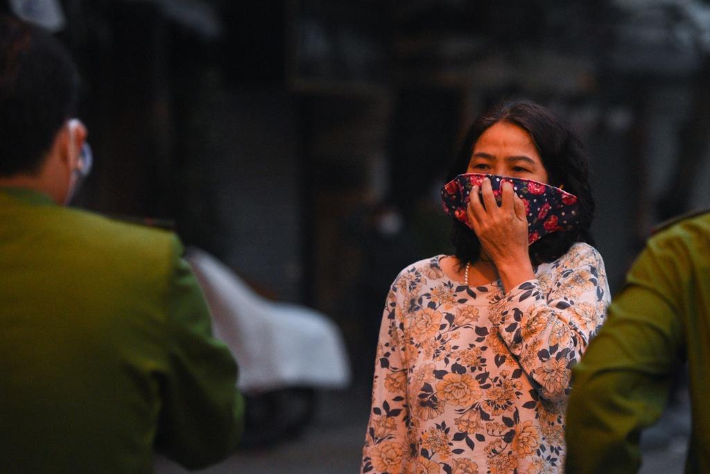 Người dân trong khu vực cách ly ở phố Trúc Bạch (quận Ba Đình, Hà Nội) bị hạn chế đi lại. (Ảnh qua Zing)