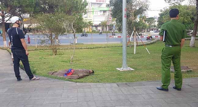 Một người đàn ông tử vong không rõ nguyên nhân tại Quảng trường Đại đoàn kết, TP. PLeiku, Gia Lai. (Ảnh qua baogiaolai)