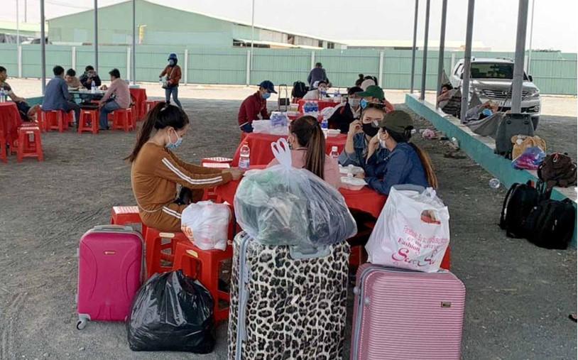 Nhiều người Việt về từ Campuchia chờ đưa đi cách ly sau khi làm thủ tục khai báo y tế tại cửa khẩu Khánh Bình, An Giang. (Ảnh qua tuoitre)