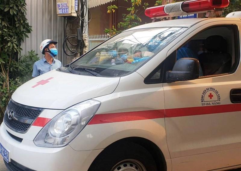 Xe y tế đến để cưỡng chế những người trốn về lại khu cách ly. (Ảnh qua plo)