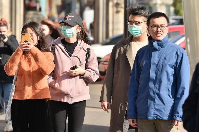 Người dân đeo mặt nạ trước buổi Diễu hành ngày lễ Thánh David tại thủ đô Cardiff, xứ Wales vì lo sợ về dịch bệnh sau khi chủng virus corona mới đã lây lan đến hơn 60 quốc gia trên toàn cầu.