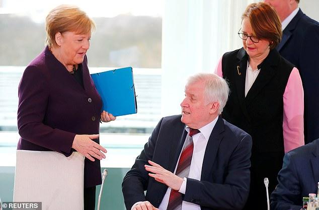 Thủ tướng Angela Merkel cũng bị bộ trưởng nội vụ Horst Seehofer từ chối bắt tay trong một sự kiện