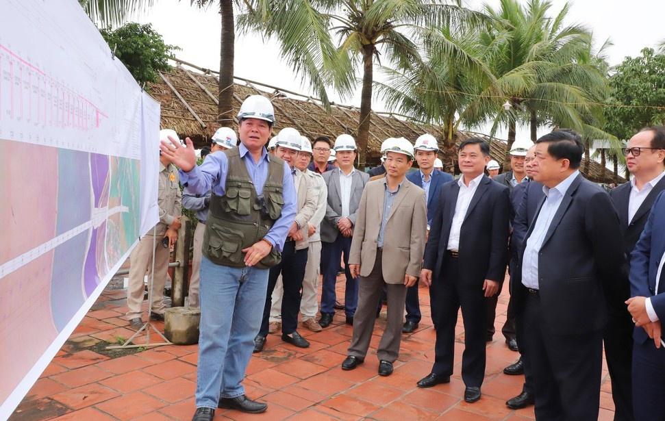 Đại diện nhà thầu với Bộ trưởng Bộ Kế hoạch và Đầu tư cùng đoàn công tác về tiến độ dự án cầu Cửa Hội. (Ảnh qua Zing)