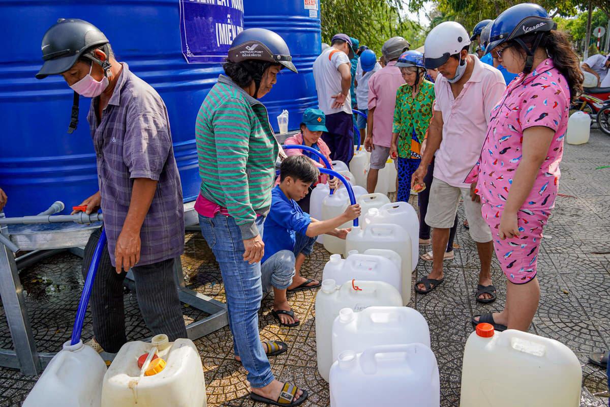 Hàng trăm người dân xếp hàng xin nước ngọt ở miền Tây. (Ảnh qua vnexpress)