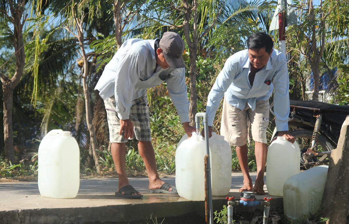 Người dân đi hứng nước ngọt ở Gò Công Đông, Tiền Giang. (Ảnh qua tuoitre)