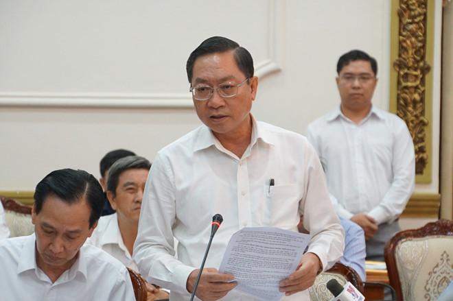 Ông Nguyễn Tấn Bỉnh, Giám đốc Sở Y tế TP.HCM cho biết thành phố đang phải gồng mình lo việc cách ly người từ nước ngoài về. (Ảnh qua thanhnien)