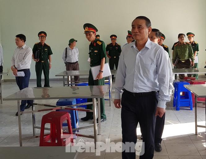 Ông Trương Quang Nghĩa trong lần kiểm tra khu cách ly công dân về từ vùng dịch tại Trung tâm huấn luyện dự bị động viên Đồng Nghệ (Hòa Vang, Đà Nẵng). (Ảnh qua tienphong)